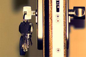 image d'une porte ouverte avec les clés dedans
